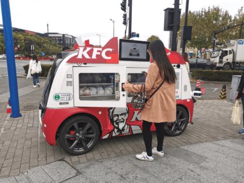 Сеть ресторанов быстрого питания KFC запустила в Китае беспилотные фургоны, в которых можно сделать и забрать заказ
