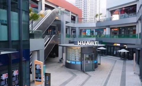 В магазине Huawei работают роботы вместо продавцов